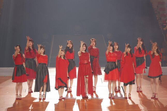 松井珠理奈さんの卒業コンサートには同期の1期生11人が出演した。松井玲奈さんはビデオメッセージを寄せた(c)2021 Zest,Inc./AEI