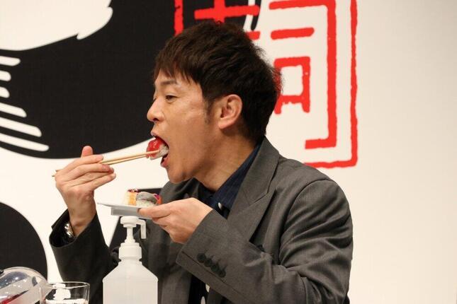寿司を食べる陣内智則さん