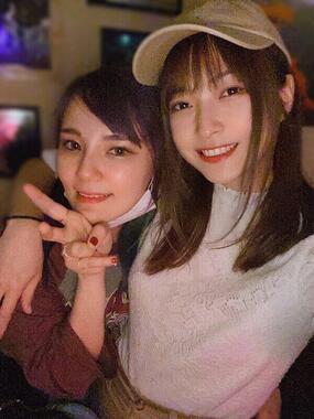 mihoさん(左)とアキラさんの再会時(2人のツイッターより)