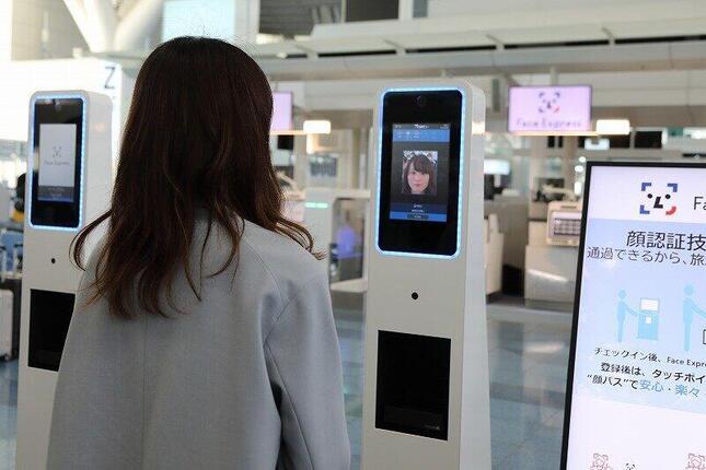 パスポートを読み取らせて顔写真を撮影。パスポート内の写真データと付き合わせて認証する仕組みだ