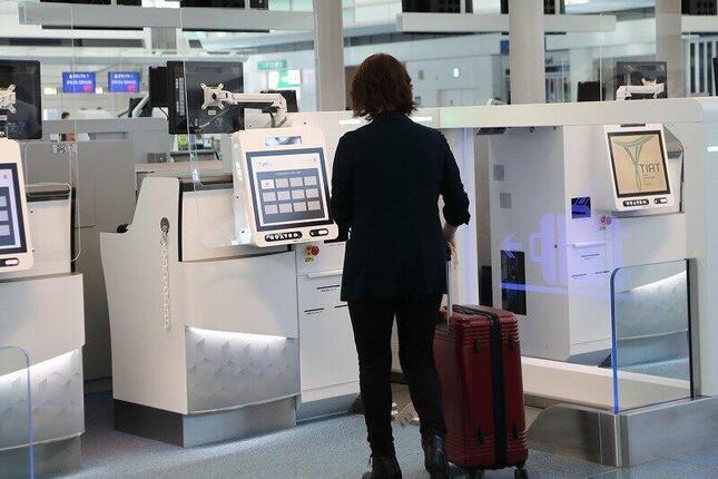 自動手荷物預け機では、カメラを見つめると本人確認ができる