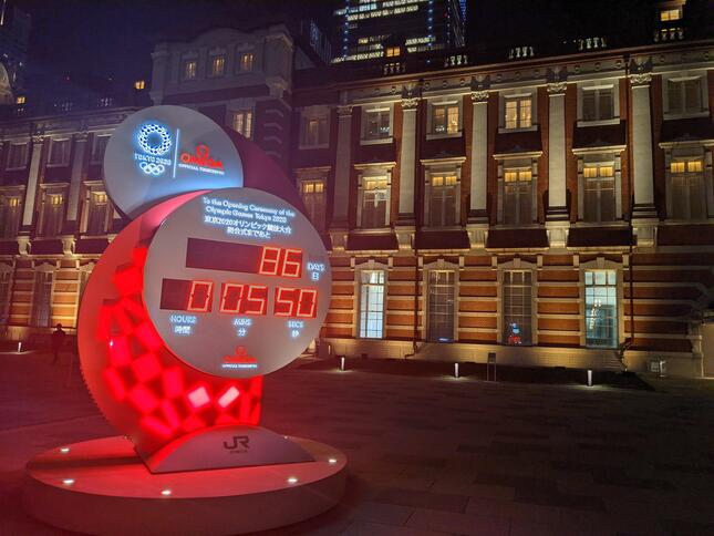 20時前の東京駅前(2021年4月28日撮影)