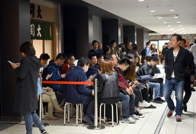2018年に一般公開が始まった豊洲市場。当時、場内の飲食店には多くの人が押し寄せていた(写真:Natsuki Sakai/アフロ)