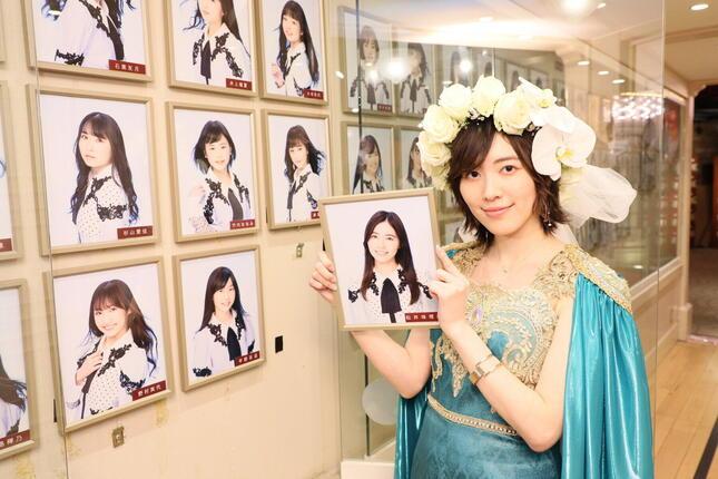 終演後にSKE48劇場の通路にかかっていた顔写真を取り外した松井珠理奈さん。グループ卒業で最も象徴的な場面だ (c)2021 Zest,Inc.