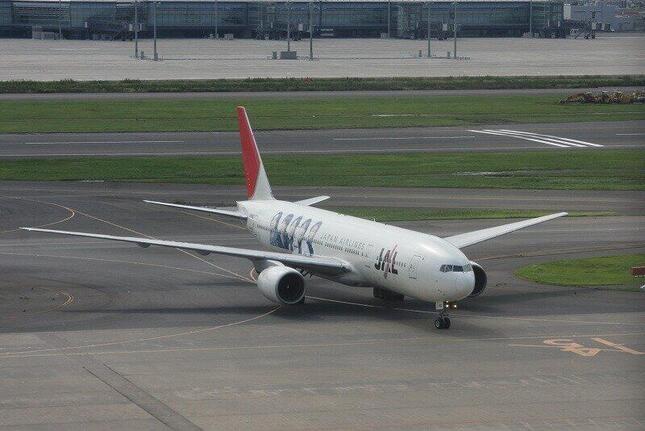 初代の「JAL 嵐JET」(2010年9月撮影)。ボーイング777-200型機に嵐のメンバー5人の顔をペイントした