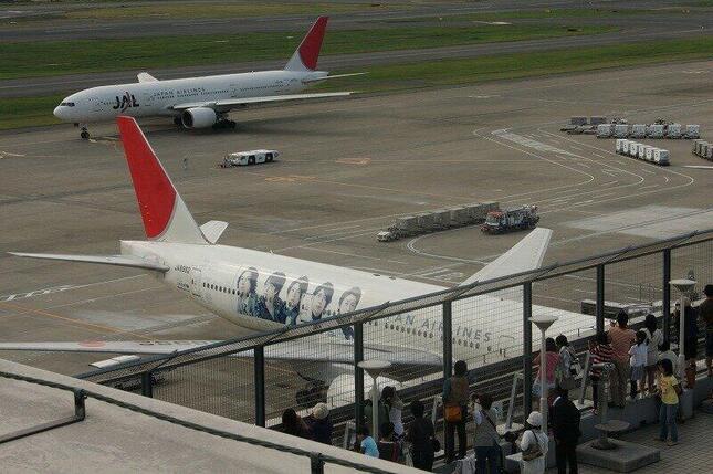 初代「JAL 嵐JET」目当てに羽田空港の展望台は多くの人が詰めかけた(2010年9月撮影)