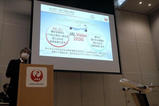 記者会見で中期経営計画を発表する日本航空(JAL)の赤坂祐二社長(写真左)。成田-釜山、高雄の2路線について「ちょっと中期(経営計画の期間)中の回復が見通せないなと思っている」などと述べた