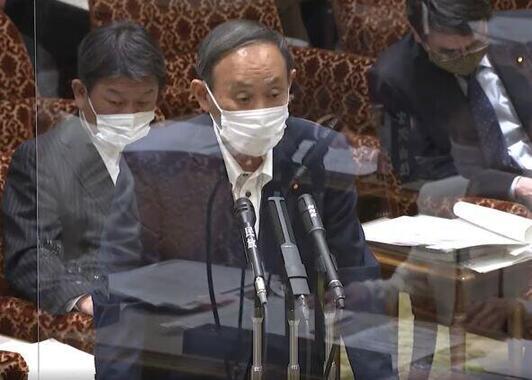 答弁に立つ菅義偉首相(参院インターネット審議中継から)