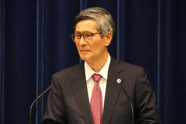 菅義偉首相の記者会見で答弁する政府の新型コロナウイルス感染症対策分科会の尾身茂会長。無症状者や軽症状者向けの抗原検査を拡大するように求めた