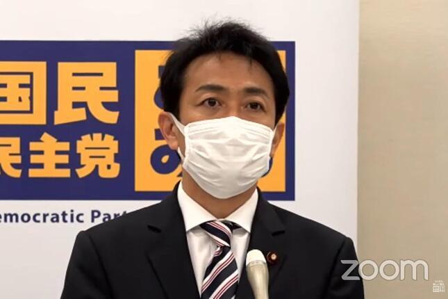 国民民主党の玉木雄一郎代表。定例会見で、東京五輪の21年7月開催ができない場合は、22年秋に再延期すべきだと話した(写真は国民民主党の配信画面から)