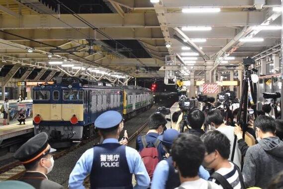JR国立駅には、多数の鉄道ファンらが集まった(写真は、青いペンギン@aoipenguin3さん提供)