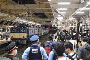 JR国立駅で撮り鉄が「罵声大会」 運行情報が漏れて100人集結、警察も出動
