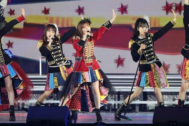 峯岸みなみさんの卒業コンサートには「レジェンドメンバー」が多数出演。大島優子さんは「ヘビーローテーション」を披露した