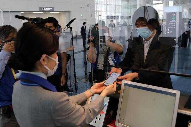 実証実験では、搭乗客が空港係員にスマホの画面を見せてチェックイン手続きを行った。紙の陰性証明書と比べて偽造しにくいのが特徴だ