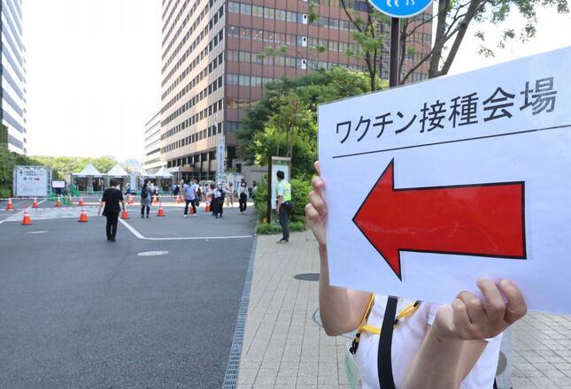 東京・大手町にある自衛隊の大規模接種センター(写真:つのだよしお/アフロ)