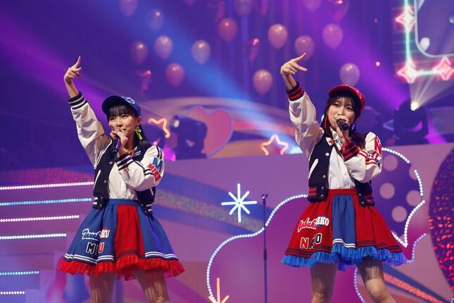 「いじわるチュー」を披露する田中美久さん(左)と矢吹奈子さん(右)。「なこみく」コンビの復活を印象づけた(c)Mercury