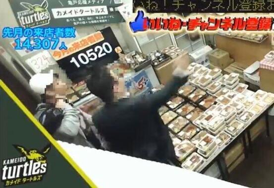 店員に小銭などを投げつける男ら(キッチンDIVEのツイッター投稿動画から)