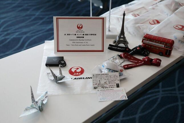 搭乗客にはロゴ入りストラップやキーホルダーなどの記念品が配られた