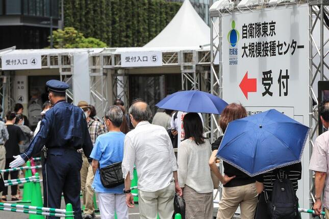 東京都内のワクチン大規模接種センター(写真:アフロ)