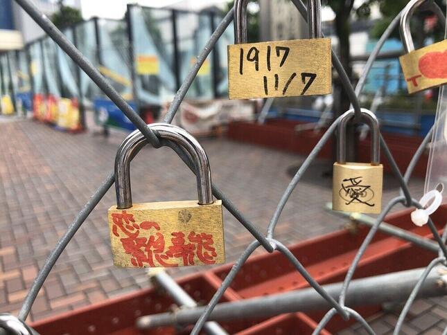 高田馬場の閉鎖バリケードに「恋愛祈願の南京錠」