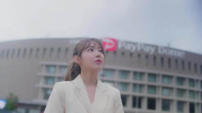 宮脇咲良さんの卒業ソング「思い出にするにはまだ早すぎる」のMVには、PayPayドームなど、ゆかりの場所が多数登場する(c)Mercury