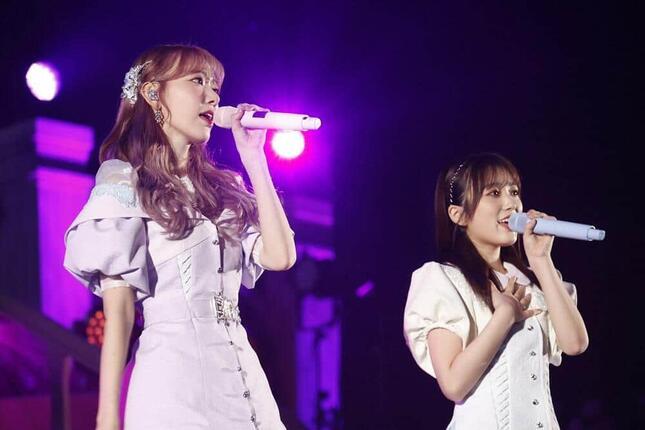 IZ*ONEで一緒に活動していた矢吹奈子さんとは、IZ*ONEの楽曲「夢を見ている間」を披露した(c)Mercury