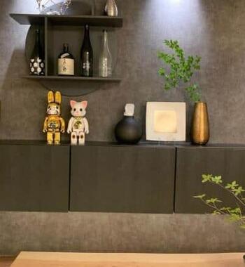 部屋に飾られた金ピカ達磨など(yumma_homeさんのインスタから)