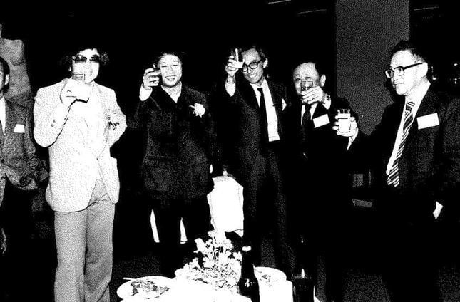 1983年、43歳で菊池寛賞を受賞、友人たちが開いたお祝いの会で(左から2番目)