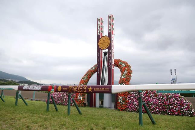 かつてメジロの血統が3連覇を遂げた宝塚記念。小兵メロディーレーンにもメジロの血が流れるが、栄光はどの馬に?(山根英一/アフロ)
