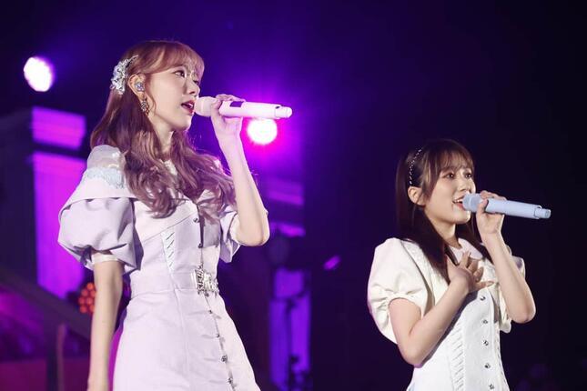 宮脇咲良さん(写真左)は、卒業コンサートで矢吹奈子さん(右)とIZ*ONEの楽曲「夢を見ている間」を披露した(c)Mercury