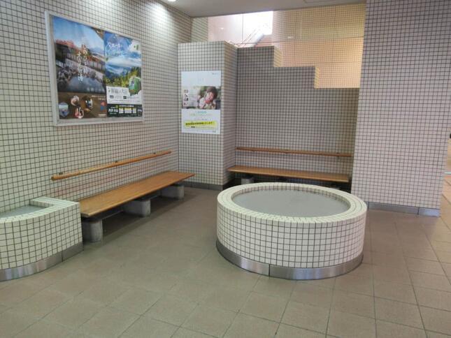 ベンチなどが設置された休憩スペースの中にある