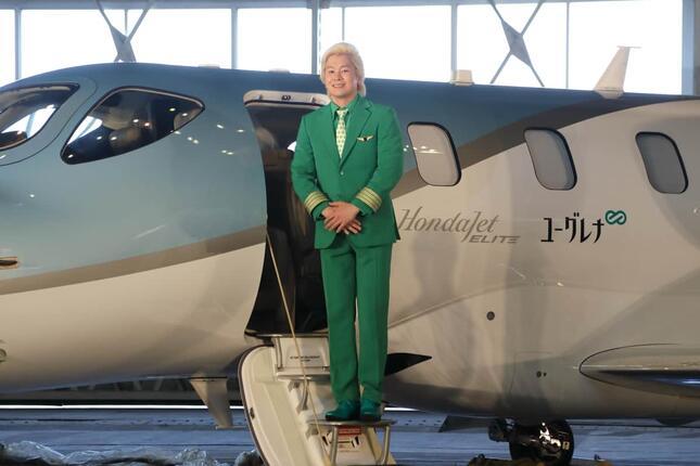 緑のスーツに身を包んでホンダジェットから降り立ったカズレーザーさん。ミドリムシから製造するバイオ燃料をPRした