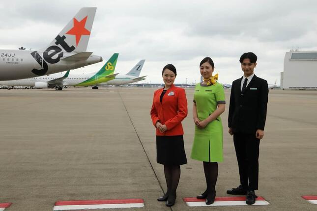 LCC3社の機体と客室乗務員が一堂に会した。左からジェットスター・ジャパン、春秋航空日本、ジップエア