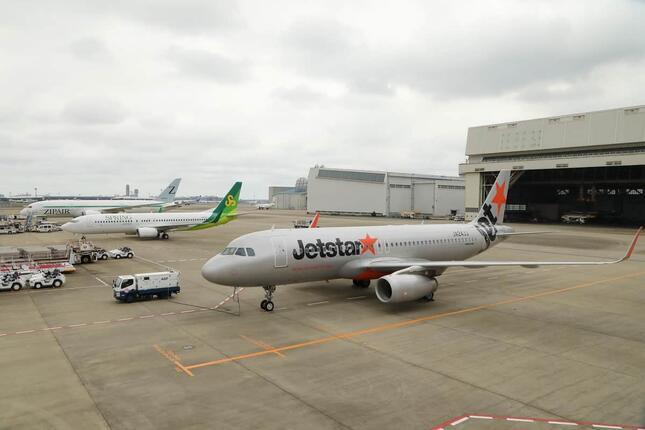 左からジェットスター・ジャパンのエアバスA320型機、春秋航空日本のボーイング737-800型機、ジップエアのボーイング787-8型機