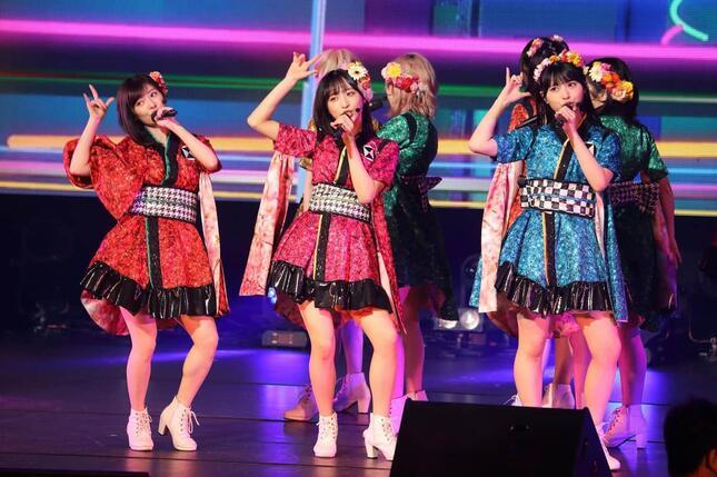 東京のコンサート会場では、小栗有以さん(中央)らAKB48の中心メンバーがパフォーマンスした