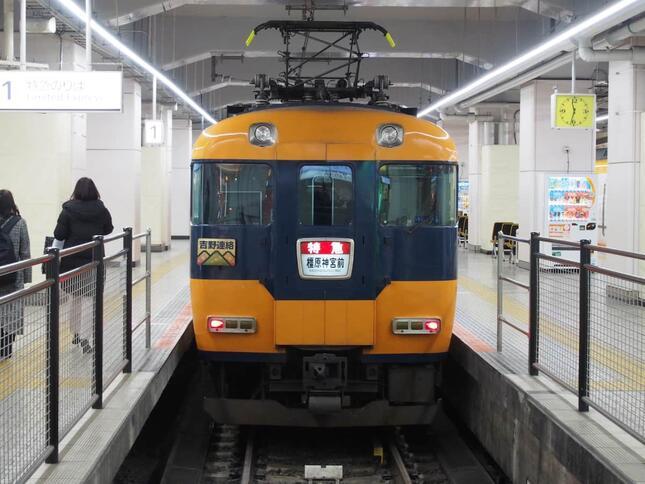 発車を待つ近鉄12200系
