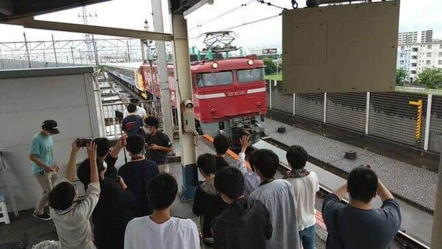 南船橋駅ホームの先端に集まった鉄道ファンら(写真は、鉄分補給@tetsubunhokyuuさん提供)