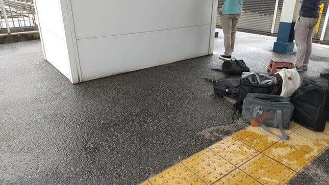 この黄色い線から出るなと駅員から注意されたという(写真は、鉄分補給@tetsubunhokyuuさん提供)
