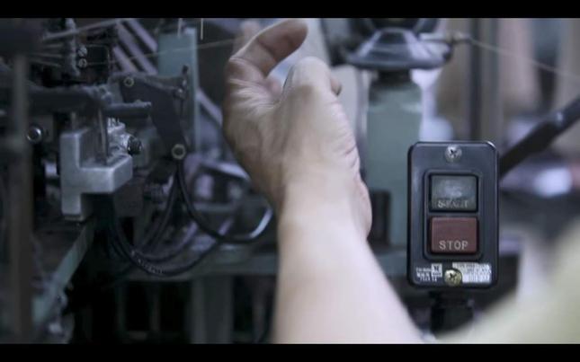 機械を調整する職人(提供:タビオ)