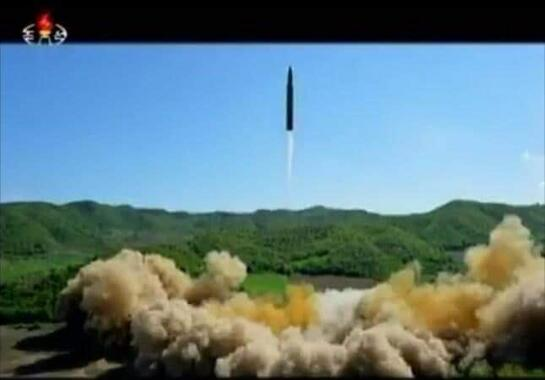 北朝鮮は2017年7月、大陸間弾道ミサイル(ICBM)「火星14」号の試験発射に成功したと主張している(写真は朝鮮中央テレビから)