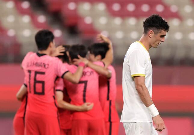 歓喜の輪を作る韓国選手(写真:ロイター/アフロ)