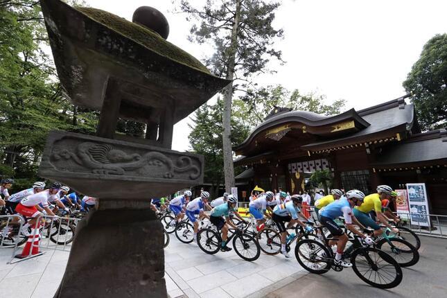 大國魂神社境内を通過するロードレース選手の集団(写真:ロイター/アフロ)