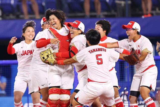 歓喜の輪を作るソフトボール日本代表(写真:長田洋平/アフロスポーツ)