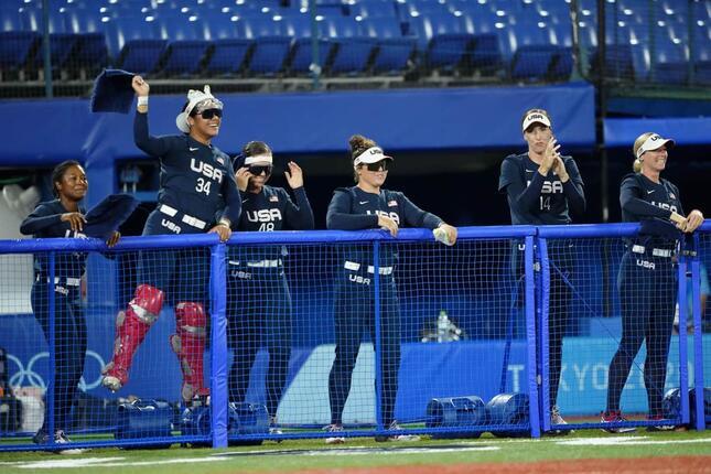 左から2人目、デジャ・ムリポラ選手の頭に「いろはす」が!?写真:USA TODAY Sports/ロイター/アフロ