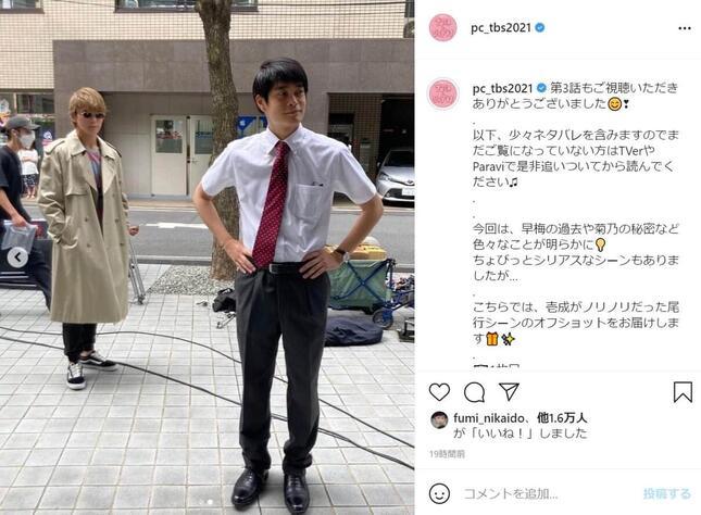 眞栄田郷敦さん(左)が「探偵スタイル」で井之脇海さん(右)を尾行するシーン。TBS「プロミス・シンデレラ」のインスタグラム(@pc_tbs2021)より