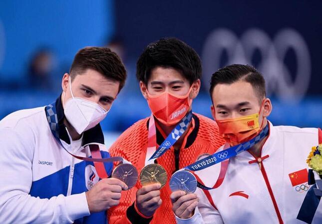 メダルを手に持つニキータ選手、橋本選手、シャオ選手(左から、写真:picture alliance/アフロ)