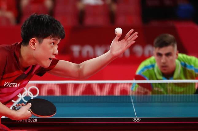 張本選手とヨルギッチ選手(写真:ロイター/アフロ)