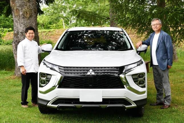 満寿屋商店・杉山雅則さん(写真左)、三菱自動車・百瀬信夫さん(同右)。あいだには2020年12月発売の「エクリプス クロス(PHEVモデル)」(一部加工)