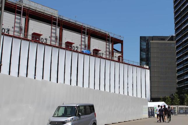 写真左、国立競技場前特設スタジオ(J-CASTトレンドが2021年7月に撮影)