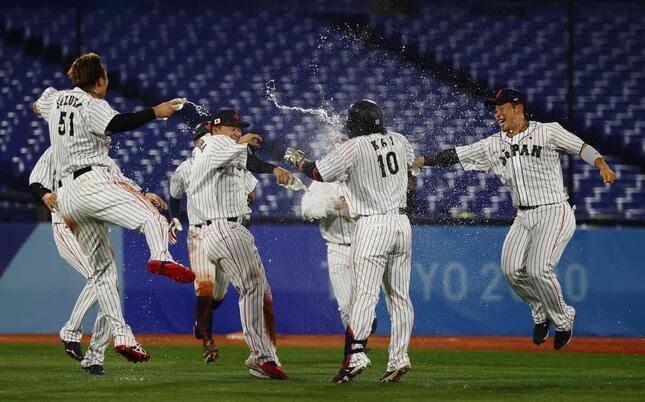 甲斐のサヨナラ打で日本が米国に勝利(写真:ロイター/アフロ)
